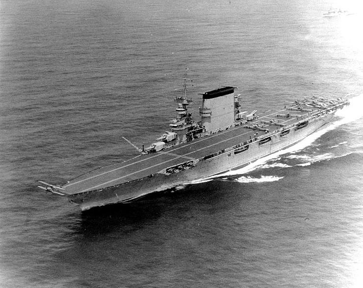 uss-lexington-lancando-torpedeiro