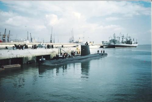 """O """"Delfim"""" prepara-se para partir para a missão """"SHARP GUARD"""" no Adriático. 1994."""