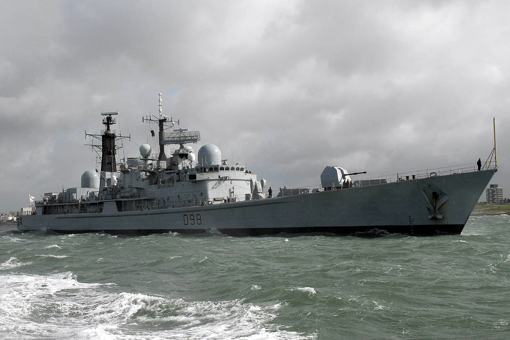 HMS York departing Portsmouth - foto RN