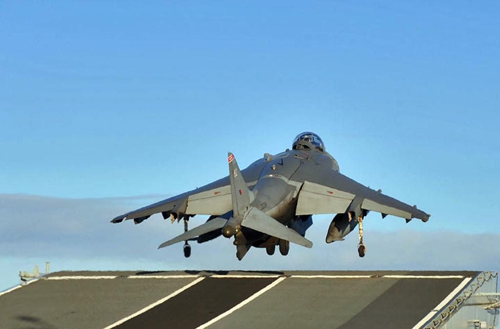 Harrier decola do Ark Royal - foto RN