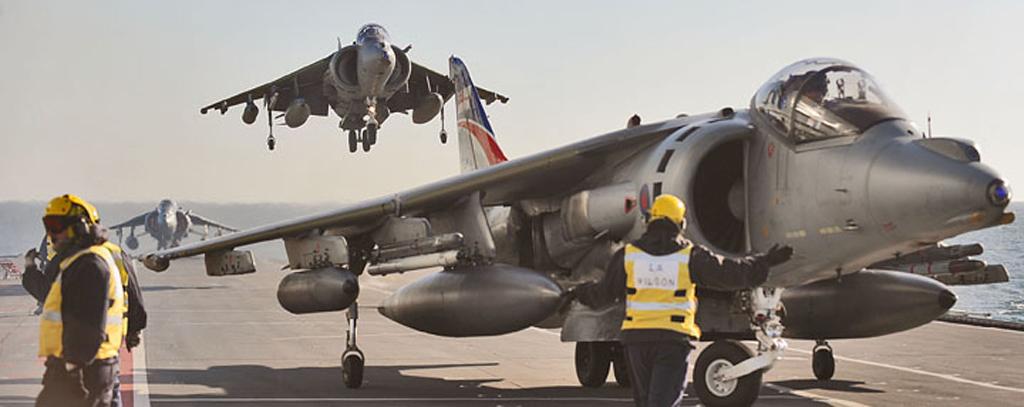 Harriers pousam no Ark Royal - foto RN