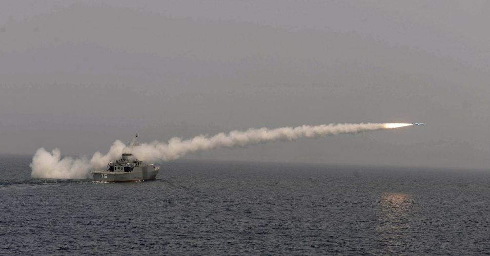Missil e disparado durante teste realizado pelo Ira com o primeiro destroier construido no pais, no Golfo Persico