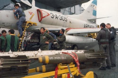 Pilotos y mecánicos de la 3ra escuadrilla de Caza y Ataque preparando los aviones para bombardear a Frota Inglesa