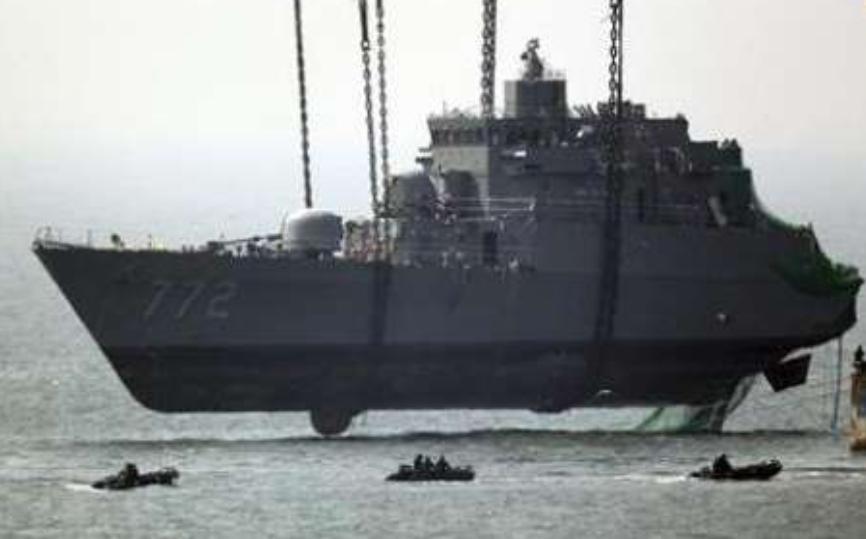 Corveta Cheonan - Coreia do Sul - retirada do fundo - proa - imagem via shippingnews