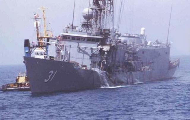 A USS Stark ficou bastante avariada após ser atingida pelos Exocet, mas não afundou