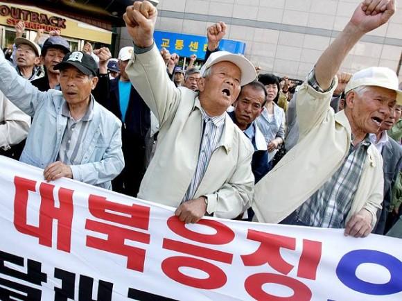 Conservadores sul-coreanos protestam contra a Coreia do Norte, em Suwon