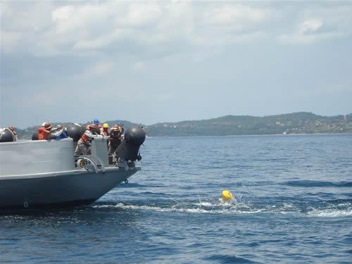 Corveta Caboclo lançando minas de exercício