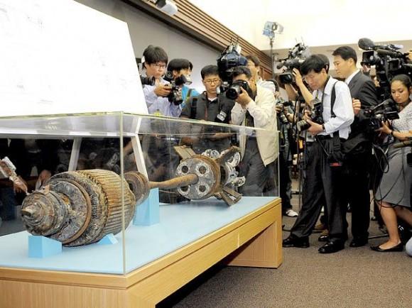 Em Seul, câmeras documentam vestígio do torpedo norte-coreano que afundou a corveta Cheonan sul-coreana no Mar Amarelo, durante entrevista