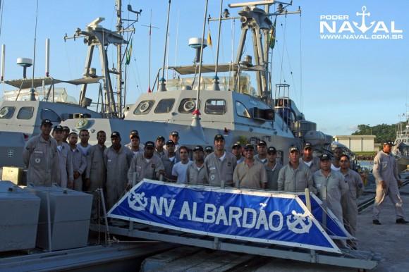 Galante do Poder Naval com a tripulação do NV Albardão