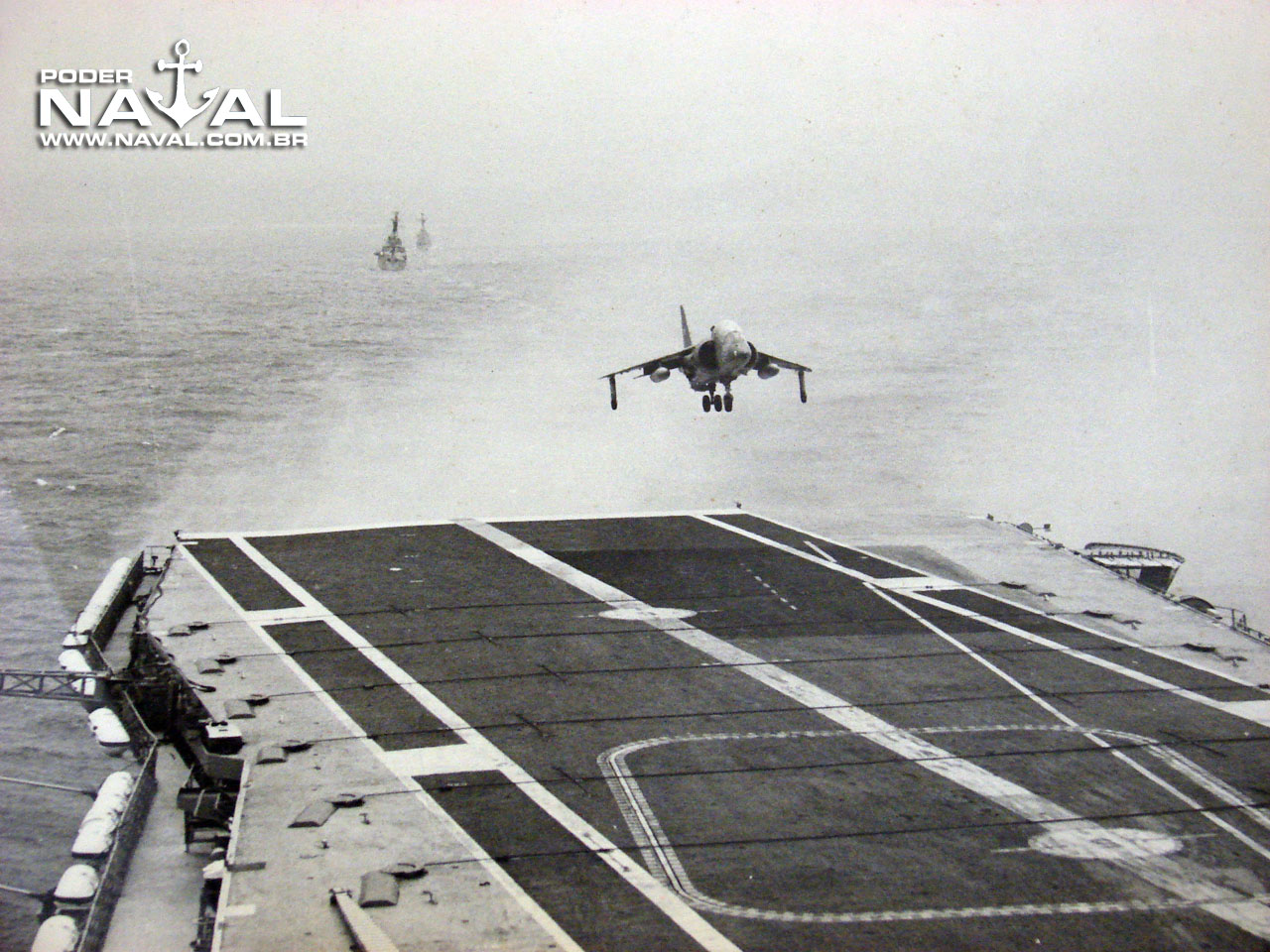 O Harrier pousando verticalmente a bordo do NAeL Minas Gerais