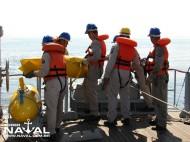 Homens preparam o lançamento do segundo flutuante