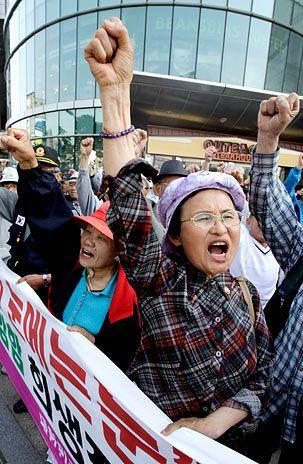 Manifestantes sul-coreanos participam de protesto contra a Coreia do Norte em estação de trem de Suwon