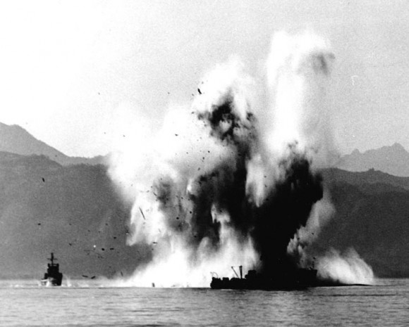 Navio-varredor sul-coreano YMS-516 sendo atingido pela explosão de uma mina magnética, em outubro de 1950