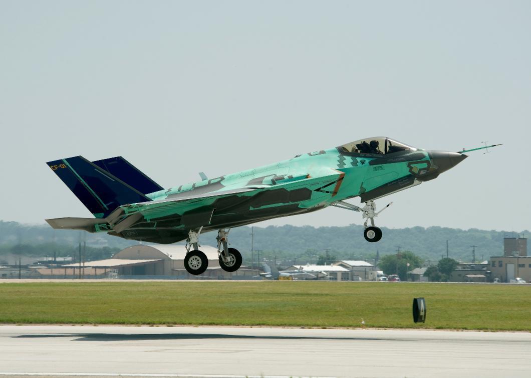 F-35 CF-01 - primeiro voo - foto Lockheed Martin