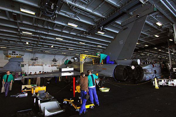 Rafale no hangar do CVN 75 - foto 2 USN.jpg