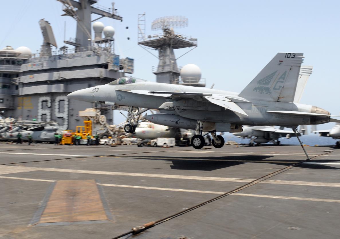 Super Hornet engancha no CVN 69 - foto USN