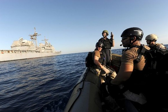 USS San Jacinto em ações antipirataria - foto USN