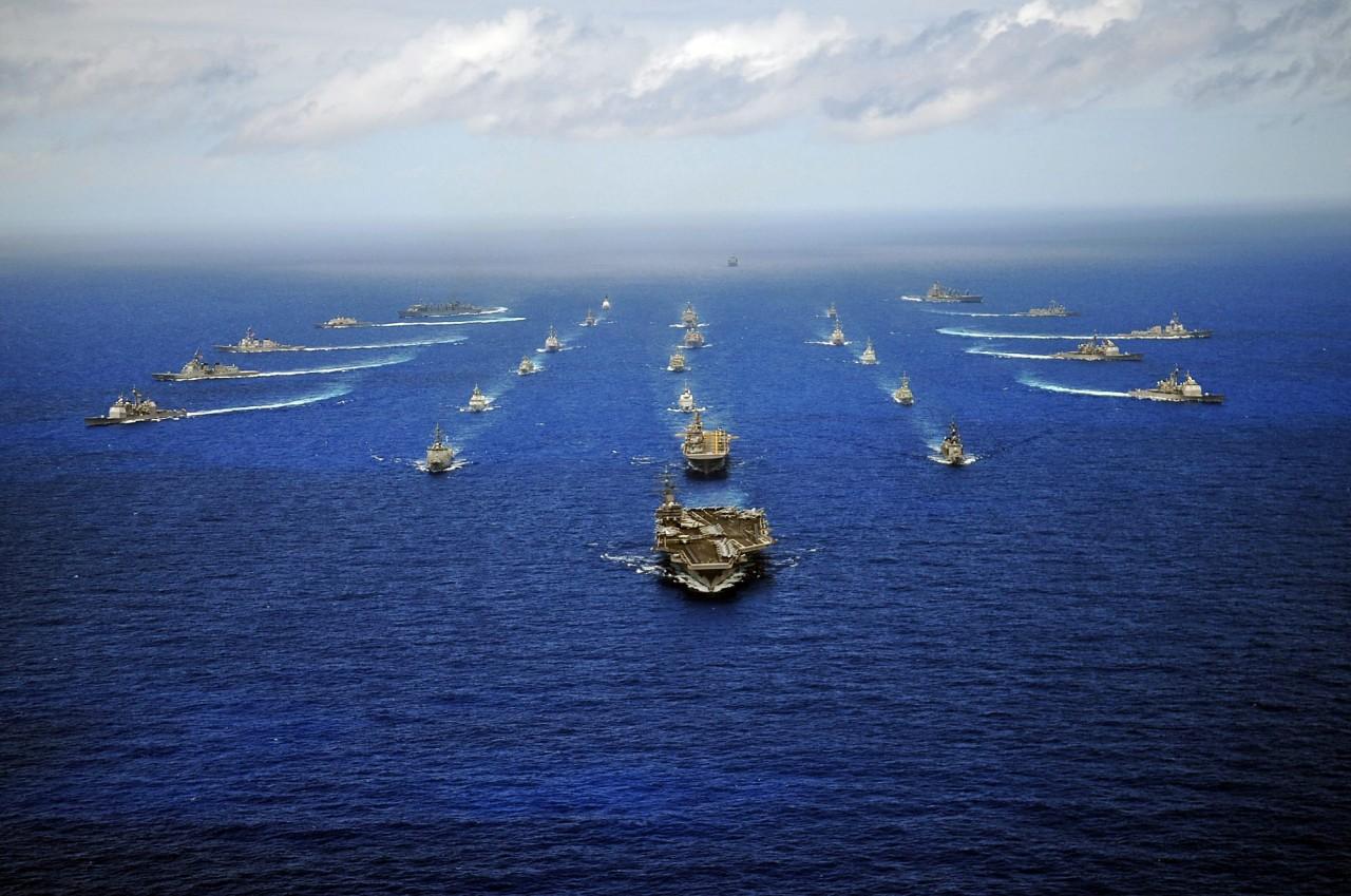 Navios em manobras táticas em um exercício RIMPAC