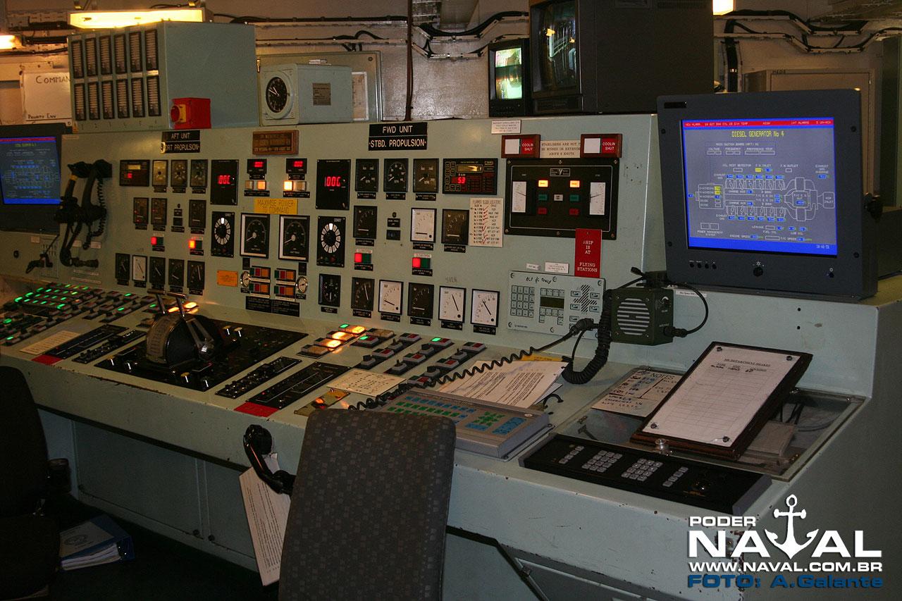 Painel do Centro de Controle de Máquinas do HMS Ocean, em 2010