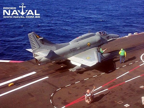 Jato AF-1 Skyhawk posicionado na catapulta do NAeL Minas Gerais