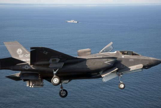 Um F-35B e o USS Wasp ao fundo