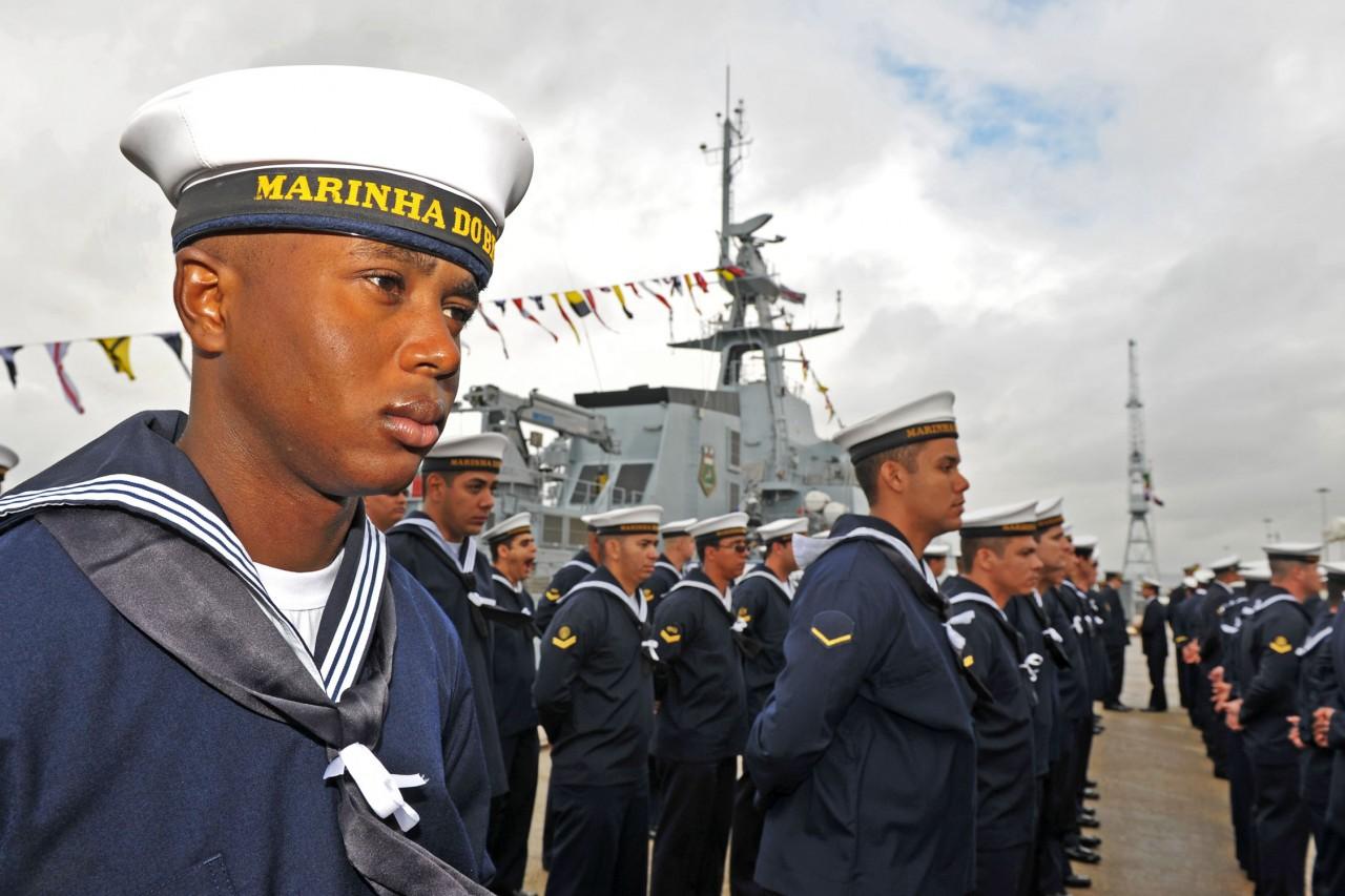 Marinheiros brasileiros na cerimônia oficial de entrega do Amazonas