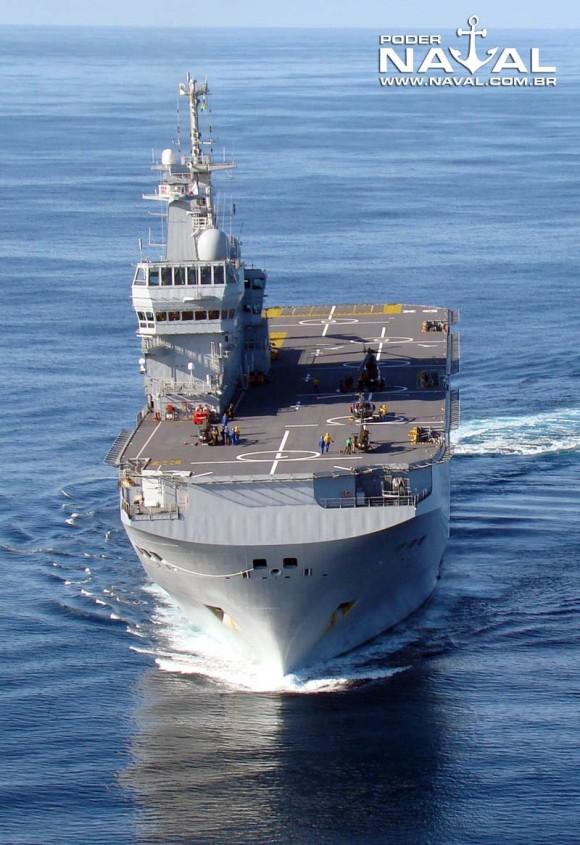 BPC francês Dixmude visto de proa - foto Nunão - Poder Naval