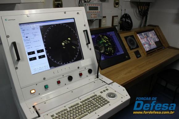 NPa Macaé - Terminal Tático Inteligente no compartimento de Operações, atrás do passadiço