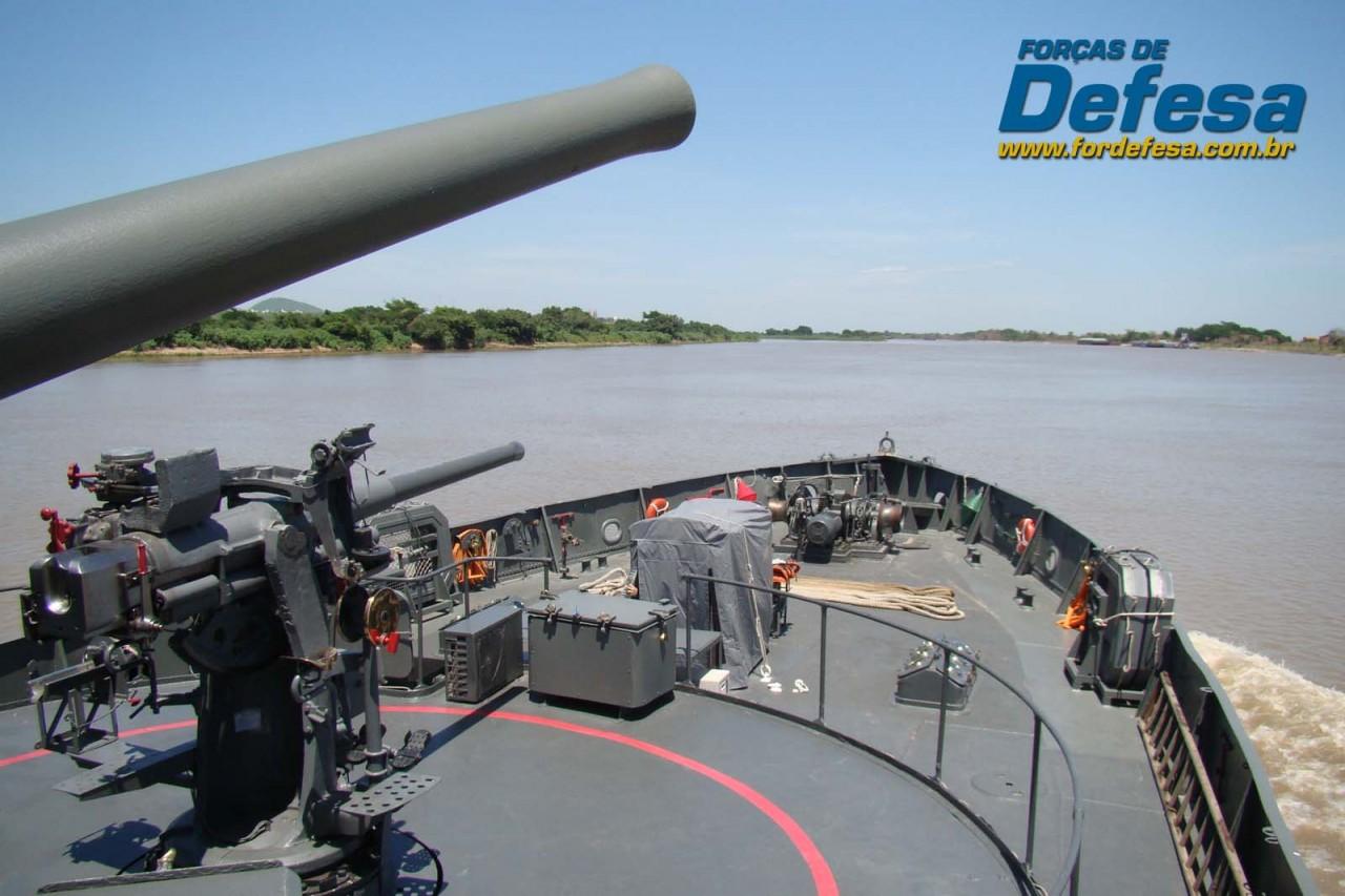 Monitor Parnaíba navegando no rio Paraguai - canhão de 76mm e tubo de canhão de salva de 47mm - foto Nunão - Forças de Defesa