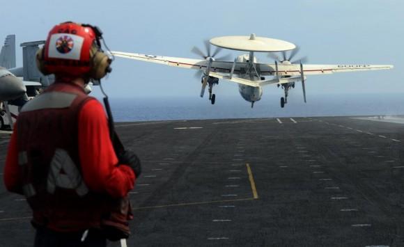 EC-2 Hawkeye decola do CVN 74 na área da sétima frota - 27-3-2013 - foto Marinha dos EUA