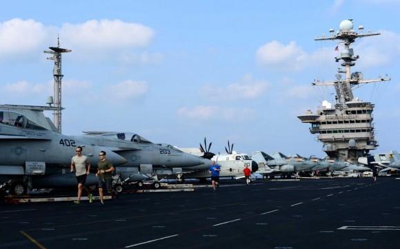 Marinheiros correm no convoo do USS John C Stennis - CVN 74 - em 29-3-2012 - navio na área da 7th Fleet - foto USN