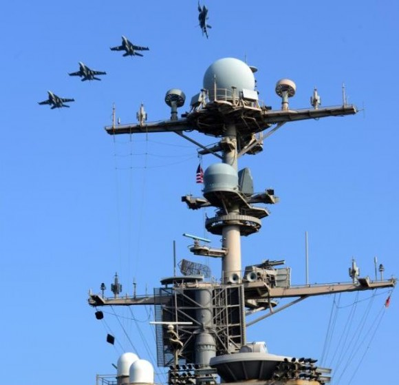 Super Hornets sobrevoam USS John C Stennis - CVN 74 - em 22-3-2012 - navio na área da 5th Fleet - foto USN