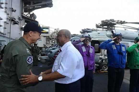 Vice president Mohamed Waheed Dean das Maldivas a bordo do CVN 74 em 29-3-2013 - foto USN