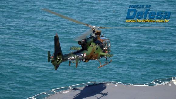 Helicóptero Gazelle do Exército Francês decola do BPC Dixmude da Marinha Francesa - foto Nunão - Forças de Defesa