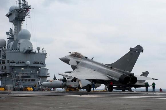 caça Rafale no porta-aviões Charles de Gaulle - foto Marine Nationale