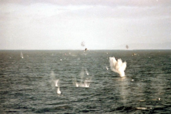 A-4 atacam a HMS Broadsword no dia 25 de maio de 1982