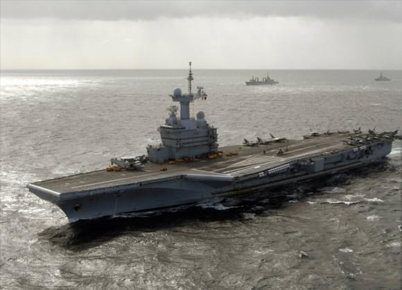 Charles_De_Gaulle_(R91)_underway_2009