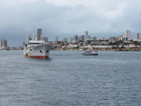 Embarcação da Capitania dos Portos do RN escolta navio apreendido