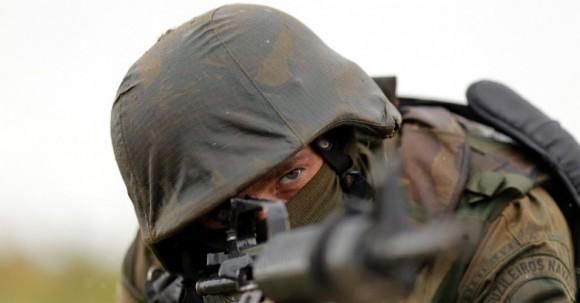 29out2013---fuzileiro-naval-da-marinha-participa-de-treinamento-militar-chamado-de-operacao-formosa-no-campo-de-instrucao-de-formosa-distante-cerca-de-cem-quilometros-ao-norte-de-brasilia-nesta-1383078085601_956x500