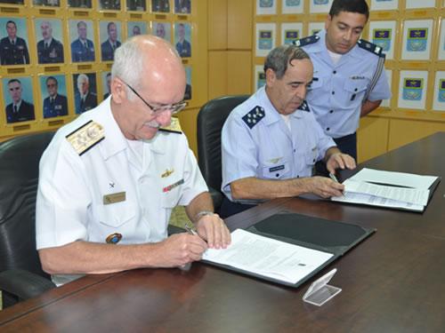 Alte Esq Carlos Augusto e Ten-Brig do ar Polhmann assinam acordo - foto Marinha do Brasil