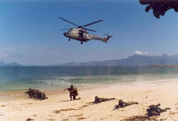 PÉGASUS evadindo após desembarcar tropas