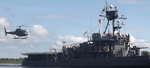 monitor Parnaíba operando com helicóptero do HU-4 - destaque foto MB - sexto Distrito Naval