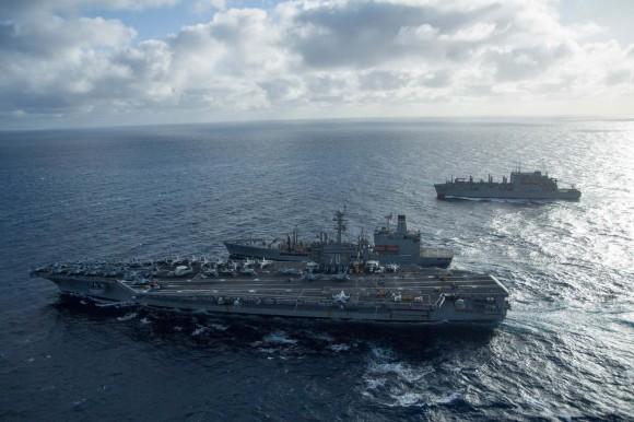 USS Carl Vinson - CVN 70 é reabastecido pelo USNS Yukon - T-AO 202 - foto 2 USN