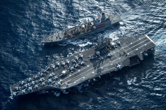 USS Carl Vinson - CVN 70 é reabastecido pelo USNS Yukon - T-AO 202 - foto USN