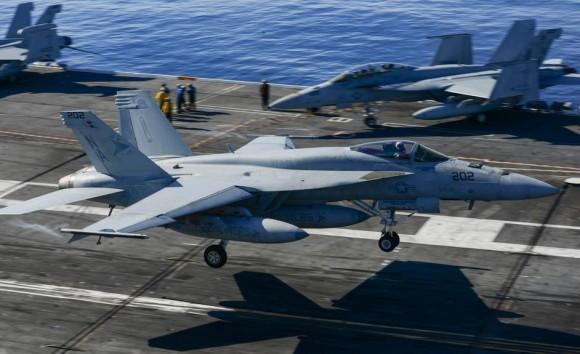 Super Hornet do VFA 81 Sunliners operando no USS Carl Vinson - foto USN