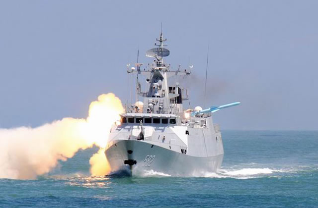 Uma Type 056 lançando um míssil antinavio