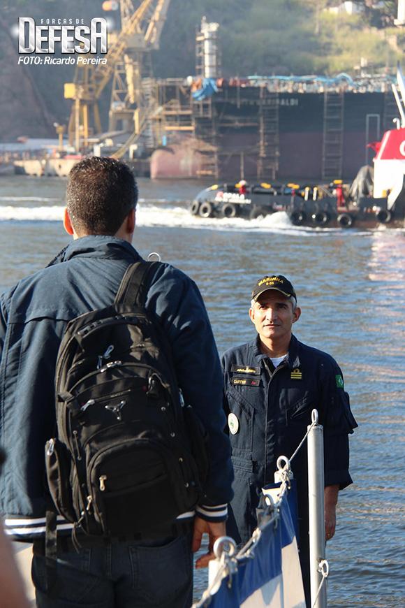 Comandante Cartier recebendo o Poder Naval a bordo do Tapajó