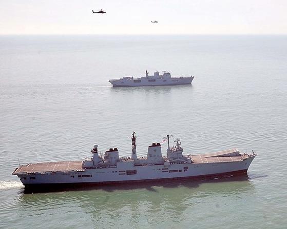 HMS Illustrious é rendido pelo HMS Ocean - foto Royal Navy