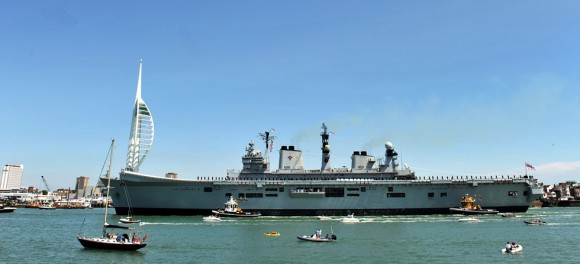 HMS Illustrious volta a Portsmouth pela última vez - foto 2 Royal Navy