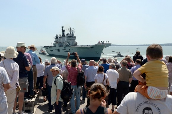 HMS Illustrious volta a Portsmouth pela última vez - foto 3 Royal Navy
